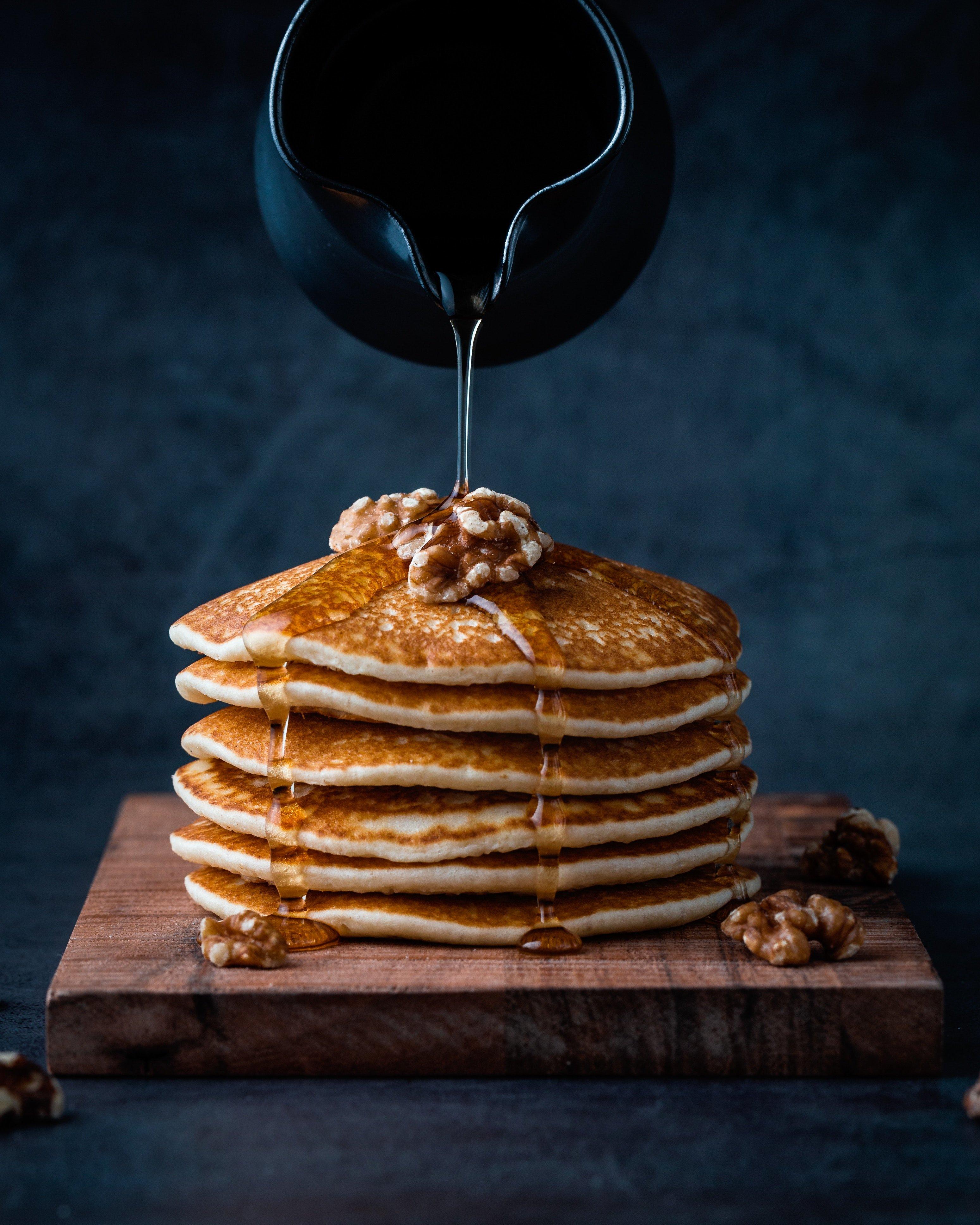 Gratis stockfoto website foodiesfeed.com_pouring-honey-on-pancakes-with-walnuts